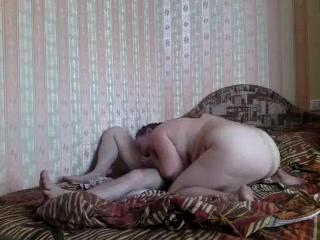Мужик ебет жену в чулках и кончает ей на живот после секса дома