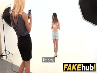 Голая блондинка лесбиянка трахает молодую студентку в пизду