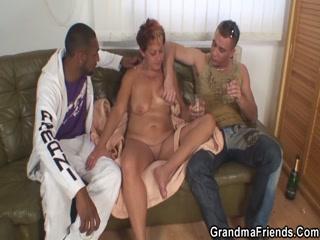 Секс со взрослой женщиной и молодым парнем на диване дома в пизду раком