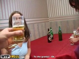 Русская студенческая порнуха с молодой девушкой и парнем на полу у душевой кабины
