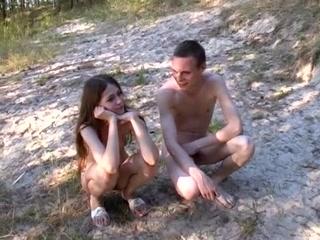 Русское порно с девушкой на природе - девушка отдрочила парню