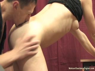 Русская блондинка с большой грудью занимается сексом со студентом в классе, а после траха