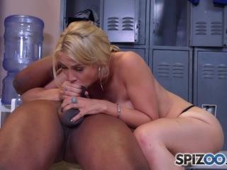 Сексуальная блондинка с большой грудью трахается в раздевалке со своим тренером и его девушкой
