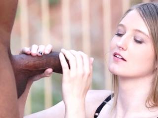 Мужик ебет молодую жену, пока муж на работе и кончает ей прямо во влагалище