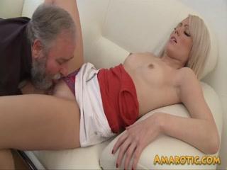 Отец устроил секс со своей дочерью в чулках на диване дома