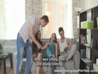 Две девушки трахаются с одним парнем, а он кончает им прямо во влагалища  hd