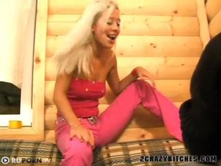Парень ебет молодых девку с большими сиськами на улице возле дома