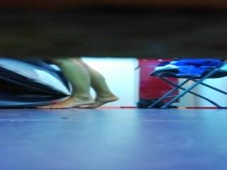 Парень трахает женщину с большими сиськами в чулках на кухне дома, пока родителей нет рядом
