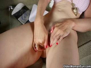 Старая бабушка дрочит пизду, лаская себя руками и игрушкой на диване дома