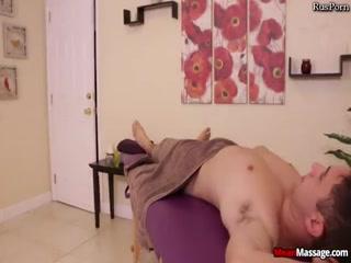 Массажистка соблазнила парня и занялась с ним сексом на кушетке