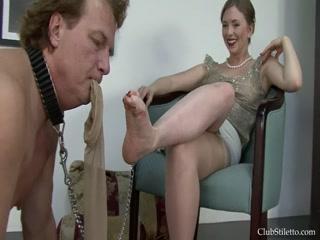 Секс со зрелой женщиной в чулках и с ее молодым человеком на диване дома