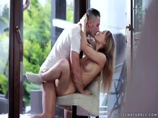Секс с молодой девушкой в чулках, которая очень любит сосать член