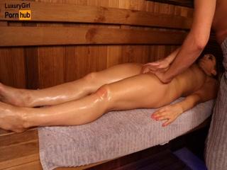 Мужик делает массаж женщине и она ему отдается в разных позах