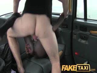 Сексуальная зрелая негритянка занимается сексом с водителем машины на заднем сиденье автомобиля