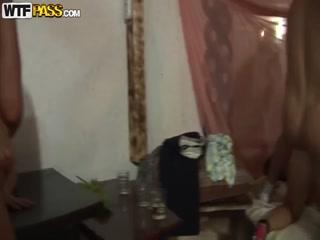 Русское порно видео молодых студентов, которые трахаются на диване и столе в комнате родителей