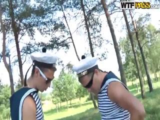 Русские студенты отдыхают в лесу  для возбуждения