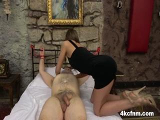 Дед сосет хуй у молодой девушки в чулках на диване дома