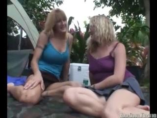 Порно видео онлайн с двумя красивыми девушками и парнем, которые отлично трахаются дома
